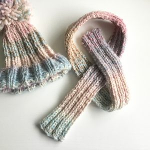 Quick and easy chunky knit hated scarf set